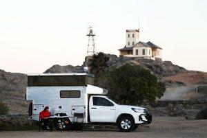 De slaapplaats op Shark-Island met boven het huis van de voormalige commandant van het gevangenenkamp.