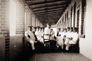 Het terras van de kazerne in 1904